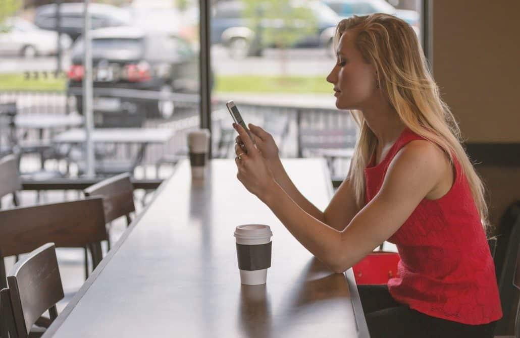 woman, sitting, counter-828888.jpg